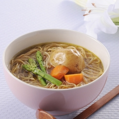 Shirataki diétne rezance sú výborné aj do akejkoľvek polievky. Na obrázku je karí polievka s cestovinami shirataki.
